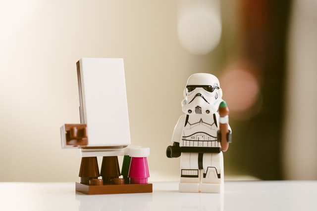 Un stormtrooper en légo tenant un pinceau devant un chevalet