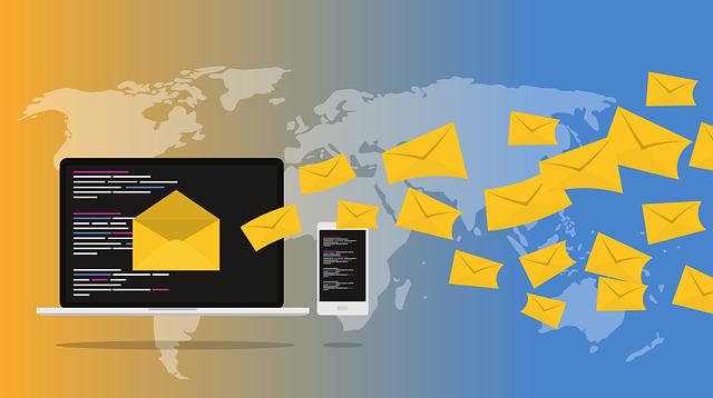 sur fond de mappemonde, des enveloppes jaunes sortent de l'écran d'un ordinateur sur lequel figure des lignes de code