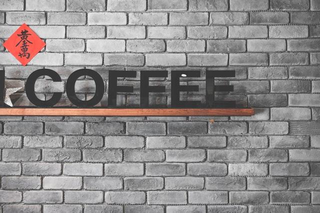 """les lettres """"coffee"""" sur une étagère"""