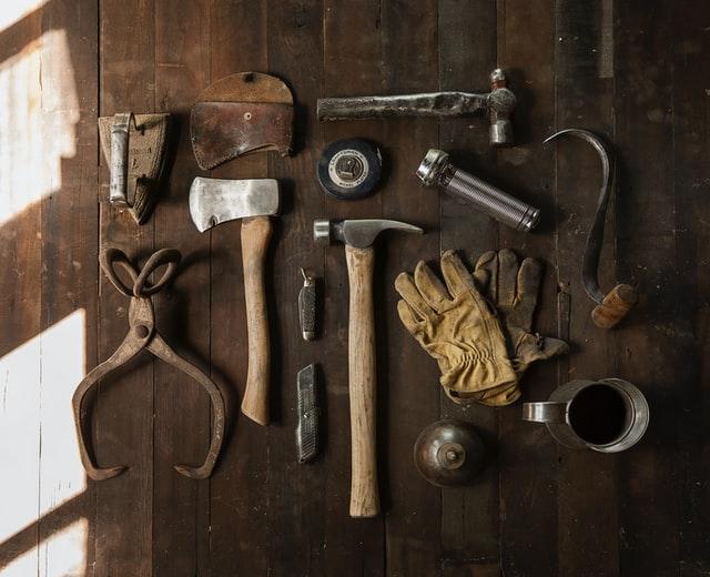Large choix d'outils étalés sur un établi en bois