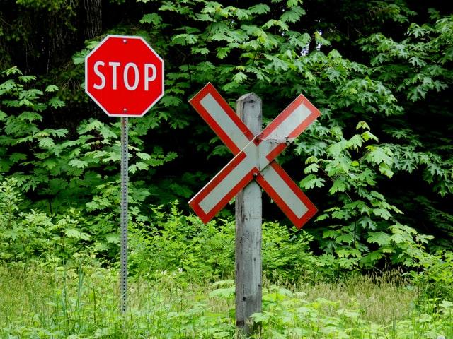 panneau stop et signalétique de train en forme de croix